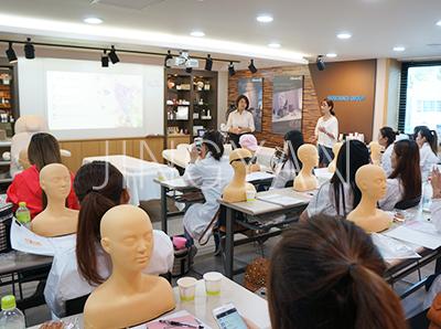 京颜皮肤管理培训学校采用小班教学规模