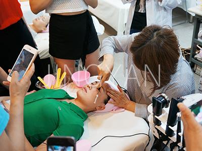 京颜皮肤管理学校老师给学员示范如何做皮肤管理